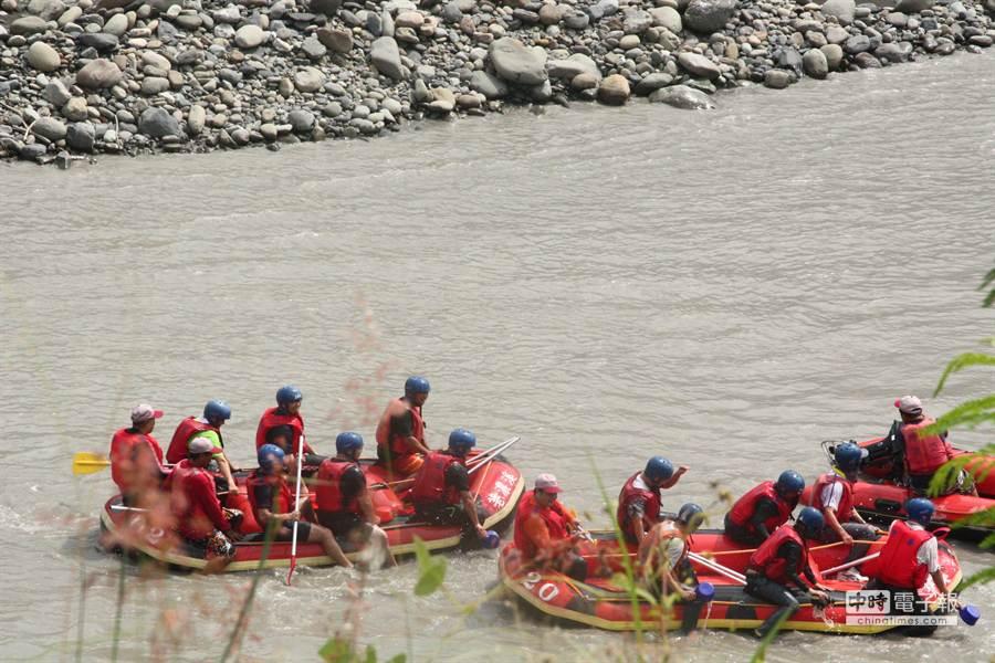 茂管處等人員參加首度泛舟試航活動。(林雅惠攝)
