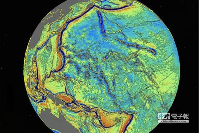 至今最詳細的海底地圖透過衛星探測海底,圖中彩色部分為海洋,黑色為陸地。(摘自鳳凰網)