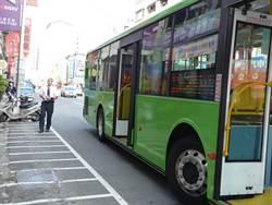 統聯客運公車疑撞機車 婦人骨折送醫