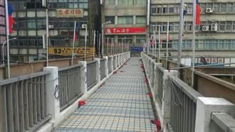 忠孝西路天橋42面國旗遭破壞