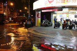 板橋國慶路路面狂湧大水 民眾嚇壞