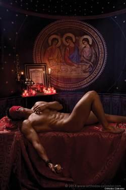 猛男神父寬衣拍月曆 強調同志不是罪