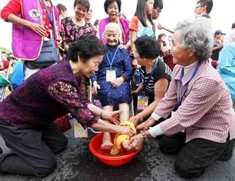 8旬阿嬤盡孝道 總統府前替106歲母親洗腳