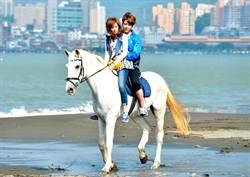 胡宇威帥氣騎白馬遇膽小袁艾菲