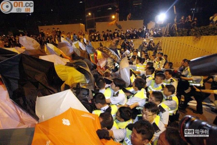 香港警方15日凌晨展開行動,驅散特首辦附近街道的示威者。(翻攝自《東方日報》網站)