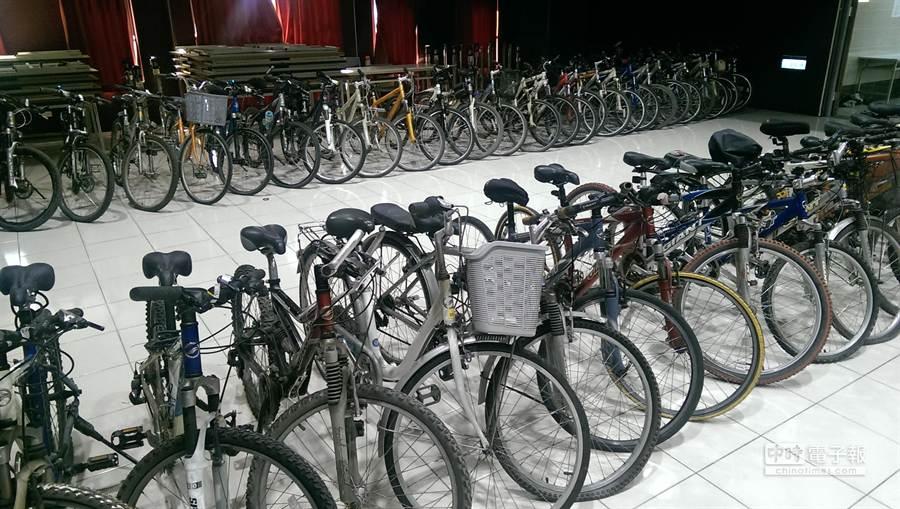 警方在林嫌住處的地下停車場找到57輛失竊的腳踏車。張嘉文攝