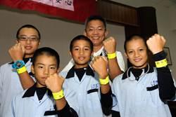 議員贈反光條 三星學童安全上路
