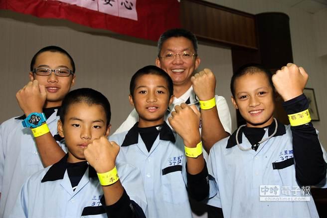 縣議員李志鏞(後排右2)自掏腰包贈送三星鄉6所國中、小學上千個反光條,確保學童上下學安全。(簡榮輝攝)