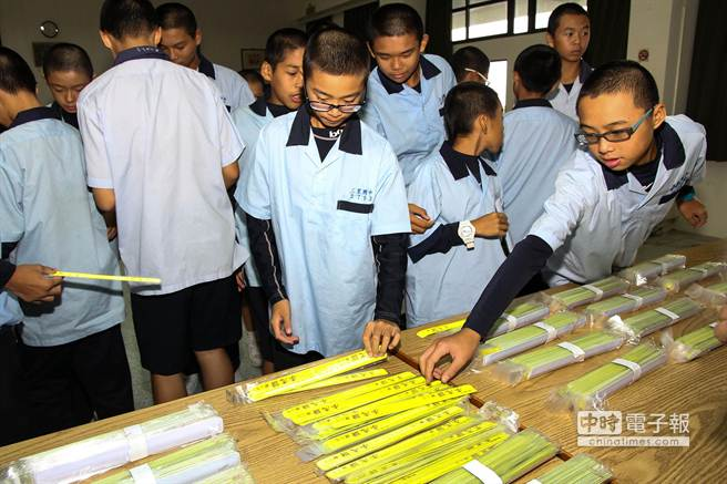 三星鄉6所國中、小學獲贈反光條,增加黑暗中的辨識度,學童開心上前領取、試戴。(簡榮輝攝)