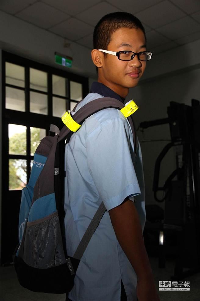 三星鄉6所國中、小學獲贈反光條,增加黑暗中的辨識度,確保學童上下學安全。(簡榮輝攝)