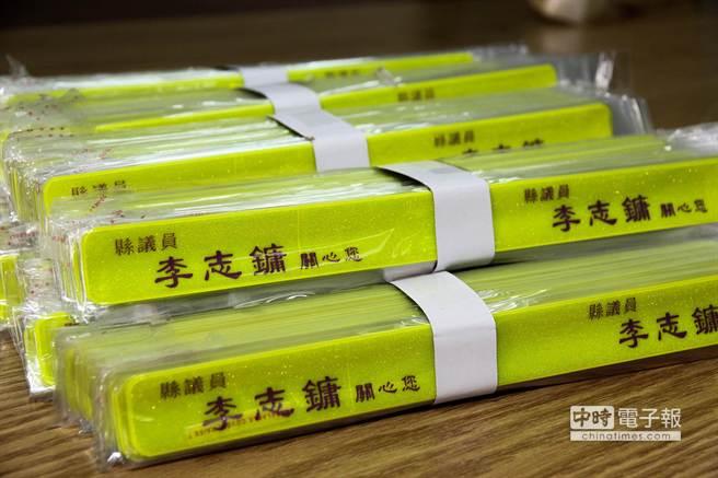 縣議員李志鏞自掏腰包贈送三星鄉6所國中、小學上千個反光條,確保學童上下學安全。(簡榮輝攝)