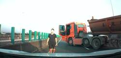 砂石車國道惡擋 小客駕駛嚇壞