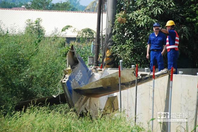 空軍官校雷虎小組編號815的AT-3教練機迫降在農田裡,機身散成3部分,機尾卡在圍牆邊。(林宏聰攝)