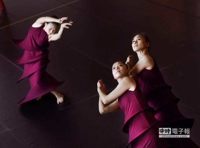 圖為舞者林威玲(右起)、黃庭婷、張桂菱21日在記者會中合演第1段舞碼《祭天》。(王錦河攝)