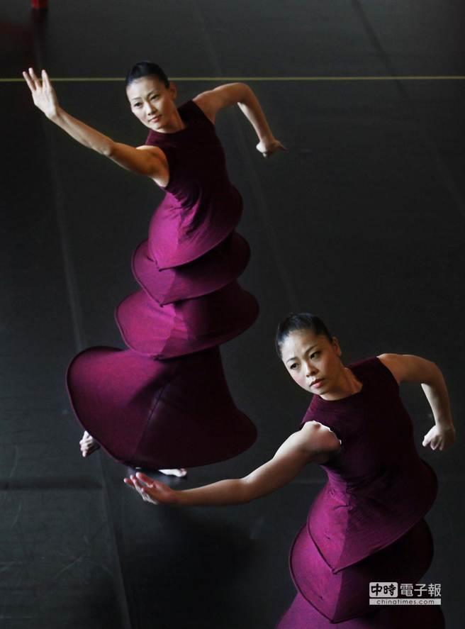 圖為舞者黃庭婷(右)、張桂菱(左)21日在記者會中合演第1段舞碼《祭天》。(王錦河攝)
