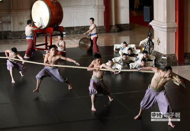 圖為21日宣傳記者會中舞者呈現第2段舞碼《出口》。(王錦河攝)