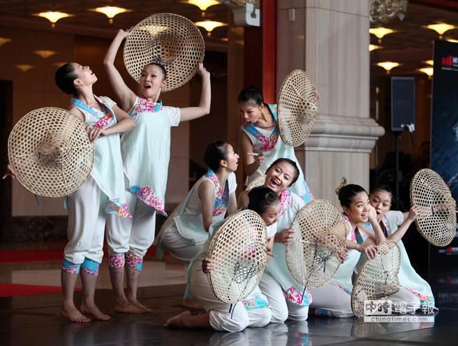 圖為21日宣傳記者會中舞者呈現第3段舞碼《客風》。(王錦河攝)