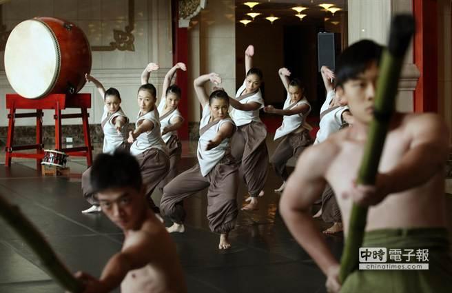 圖為21日宣傳記者會中舞者呈現第4段舞碼《漂鳥》。(王錦河攝)