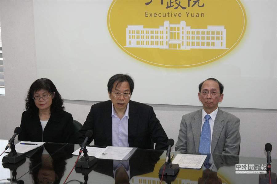 新任衛福部長蔣丙煌(中)下午2點半上任。(呂雪彗攝)
