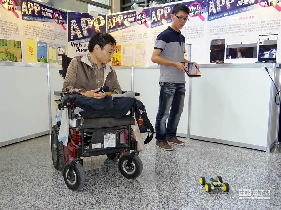 正修科大資工系翁誌謙(右)、朱君奇(左)以「iPad遙控車」獲校內WebAPP達人第1名。(柯宗緯攝)