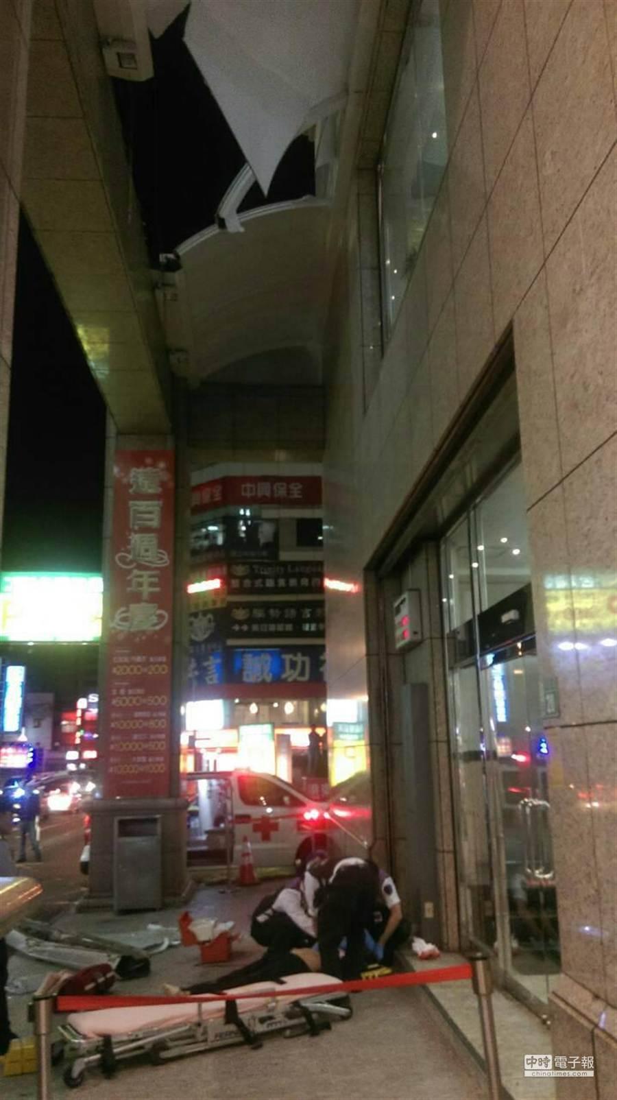 女子疑從11樓爬上逃生窗後,先撞上5樓的遮陽板後掉落地面,送醫前就不治。(甘嘉雯翻攝)