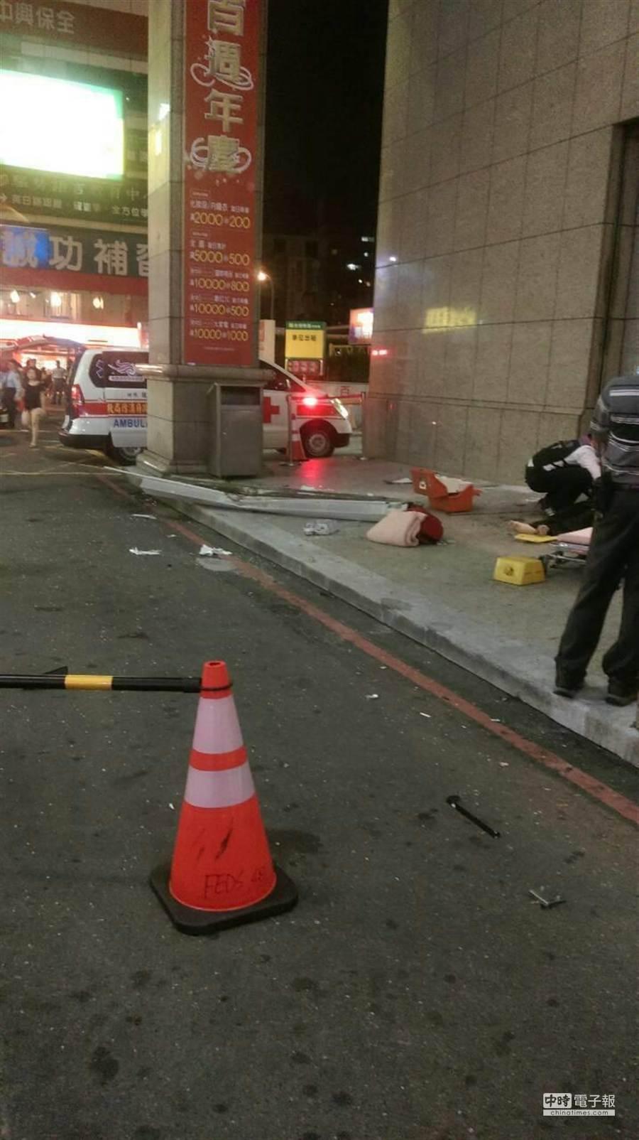 女子從百貨公司墜樓,嚇壞許多民眾。(甘嘉雯翻攝)