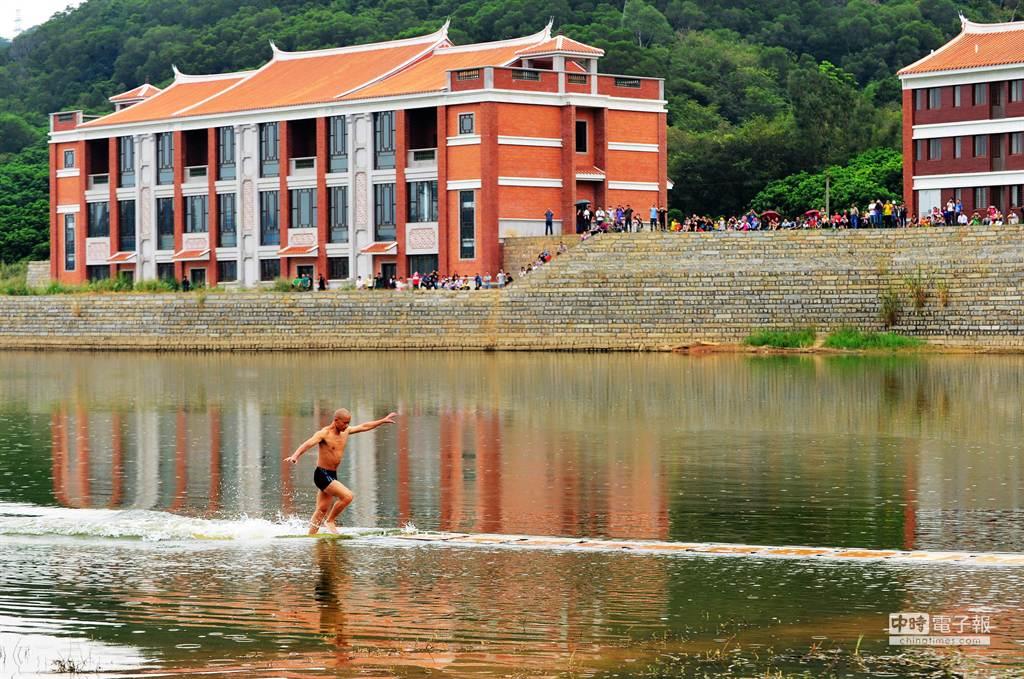 泉州少林寺武僧釋理亮26日在福建省泉州市區草邦水庫表演水上漂的絕活。(新華社)
