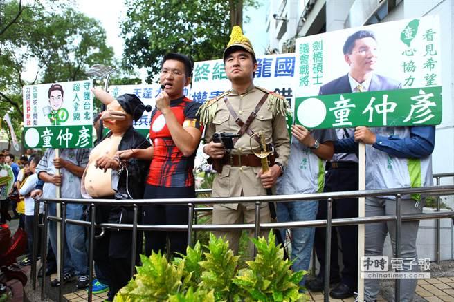 北市議員童仲彥出席選舉號次抽籤時扮「童鐵人」,要打擊權貴。(張立勳攝)