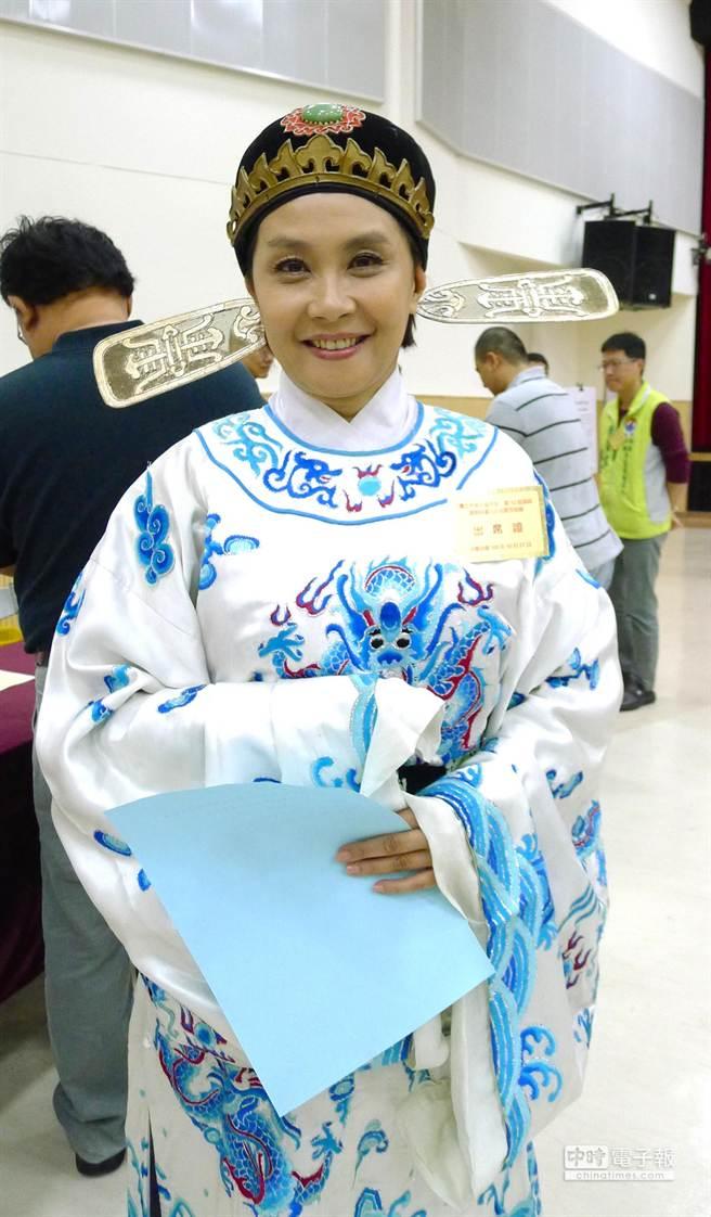 資深藝人、新黨內湖南港區參選人趙家蓉身著小生戲服抽籤。(江慧珺攝)