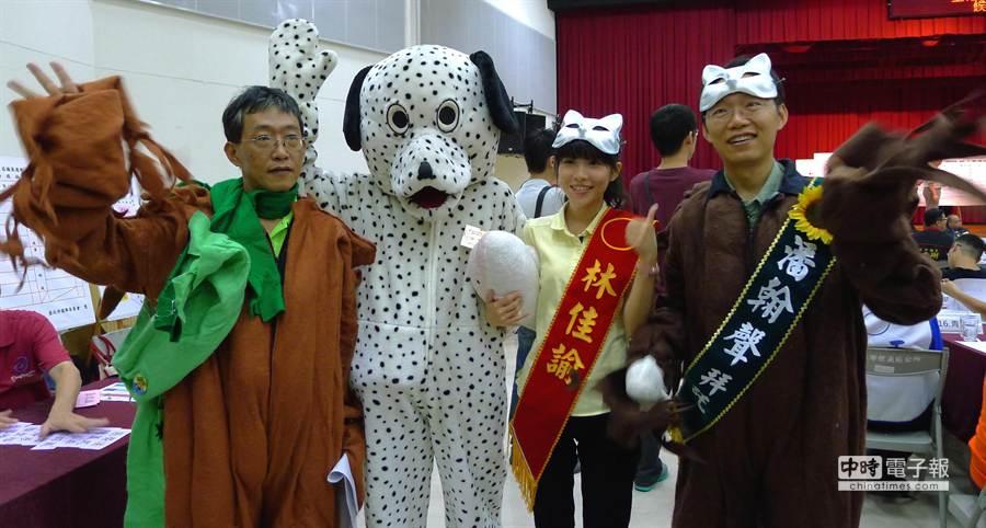 樹黨市議員參選人身著貓狗與樹人道具服抽籤。(江慧珺攝)