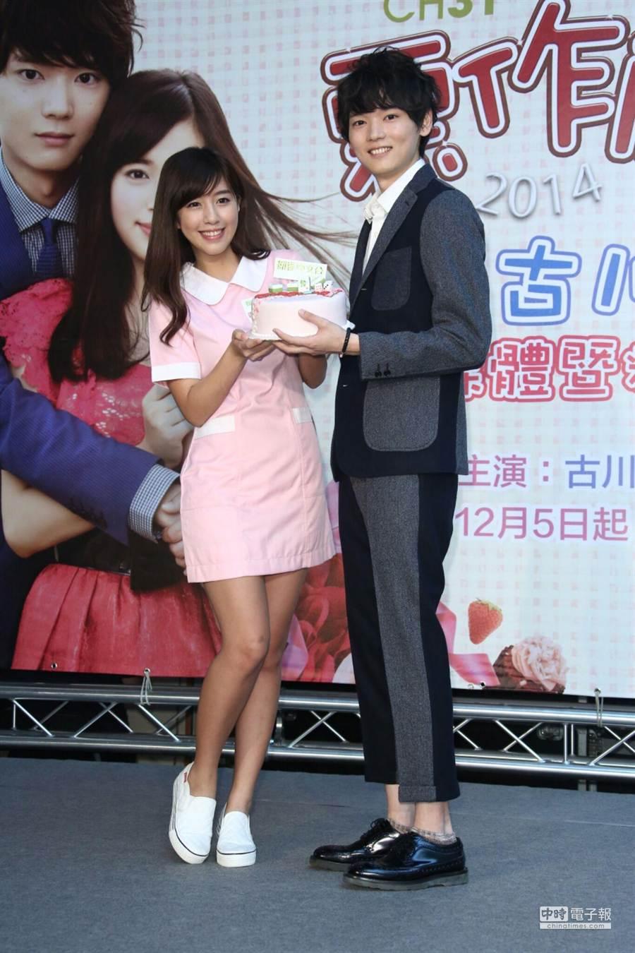 辜莞允模仿戲中女主角打扮成護士送上麻將蛋糕給古川雄輝。(羅永銘攝)
