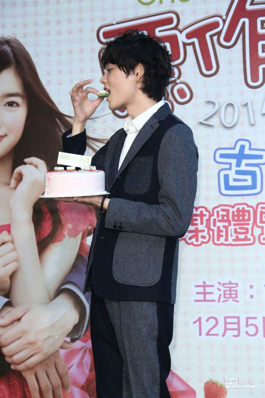 男主角古川雄輝作勢吃掉麻將蛋糕上的發。(羅永銘攝)