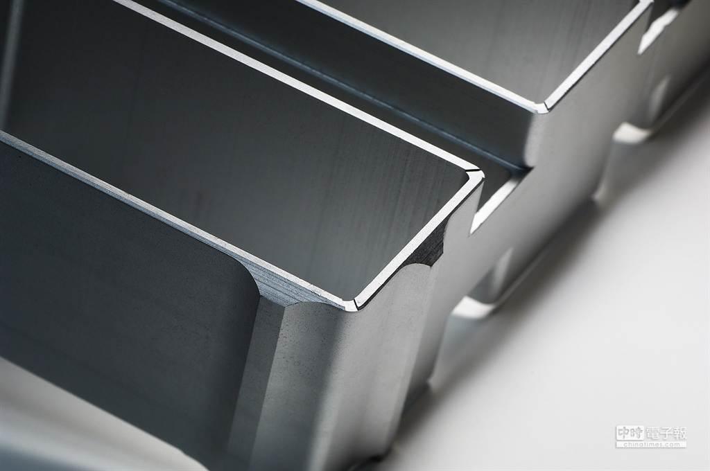 專利HexMold烘焙模具,設置透氣孔,釋放多餘水氣及壓力,讓鳳梨酥外觀整齊俐落。 (圖/微熱山丘)