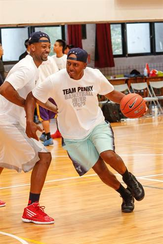 哈達威與台高中籃球員分享球技