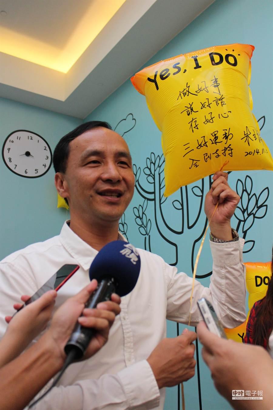 朱立倫在競選總部的「DOER workshop」寫下心願,推「做好事、說好話、存好心」的三好運動。(池雅蓉攝)