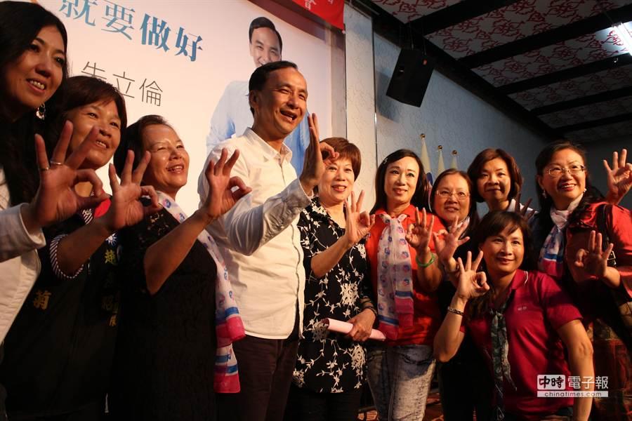 朱立倫5日出席青溪婦聯後援會活動,被婆媽簇擁。(池雅蓉攝)