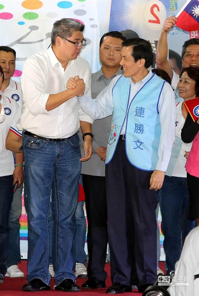 圖為馬英九總統緊握連勝文的手為他加油打氣示意圖。(王爵暐攝)