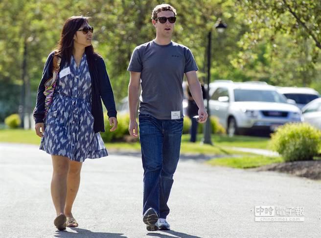 祖克柏總是穿著灰色圓領T恤。圖為祖克柏和他的妻子。 (美聯社/julie jacobson)