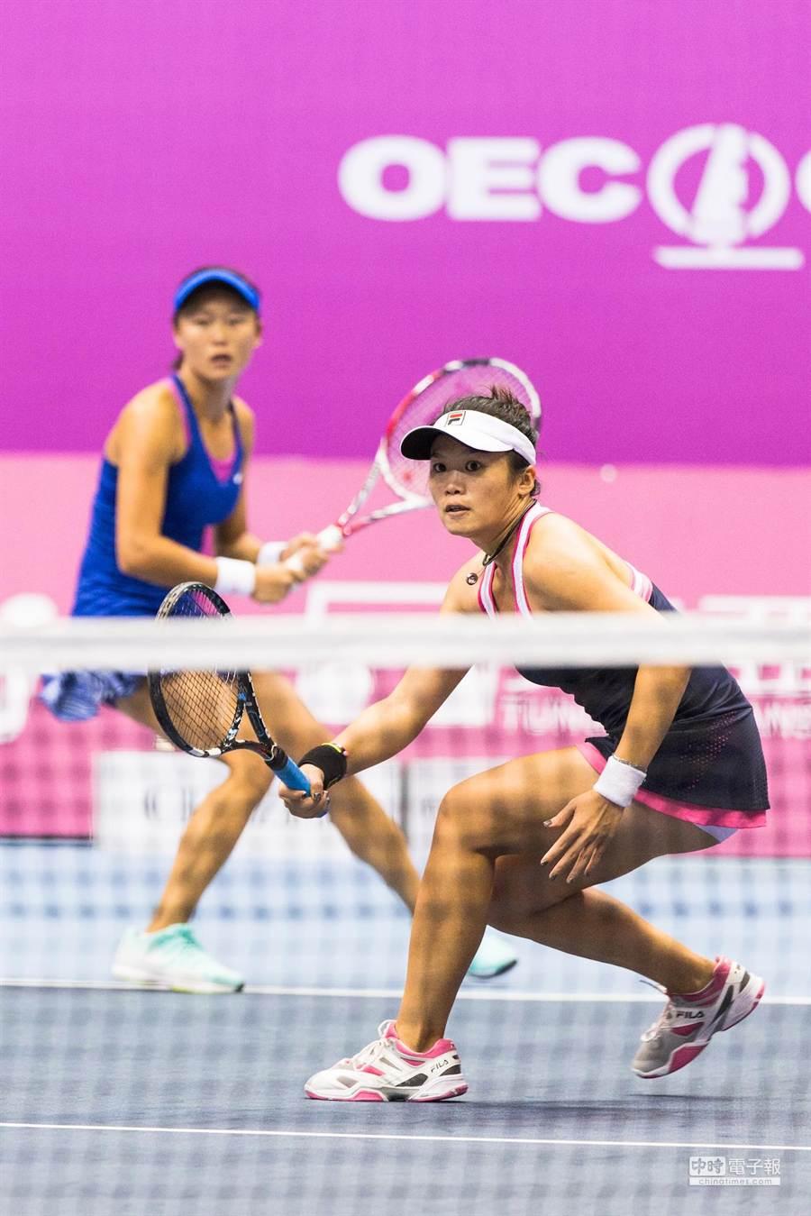 莊佳容(前)與張凱貞(後)四強賽擊敗對手,明日將與詹家姐妹爭奪海碩盃女網賽雙打冠軍。(圖/海碩運動行銷提供)