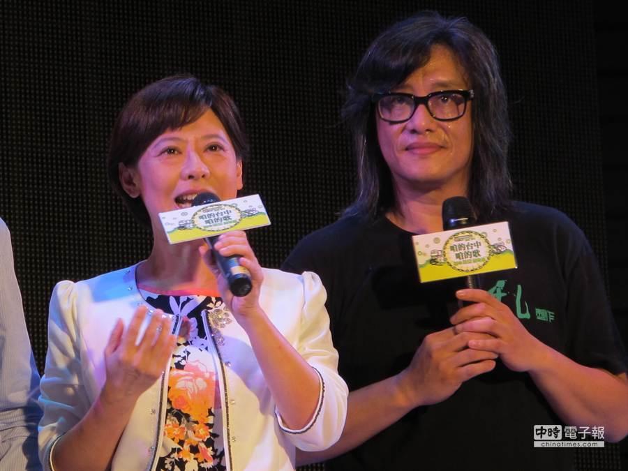 民進黨台中市長候選人林佳龍的妻子廖婉如(左起),晚間與藝人施文彬合唱《傷心酒店》。(林欣儀攝)