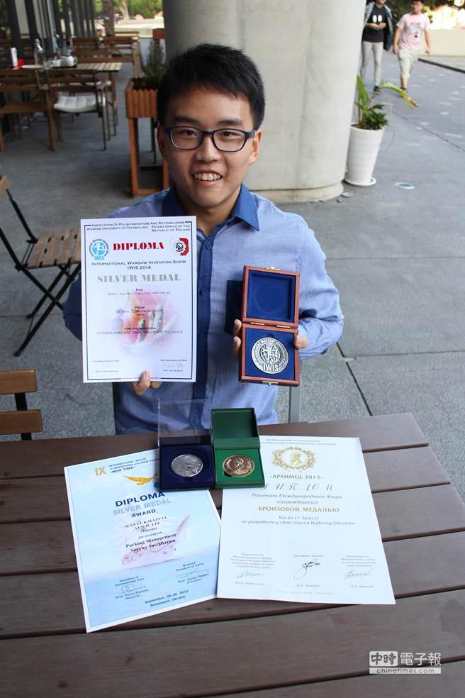 清華大學人社院大二學生李直懋擁有6項專利權。(徐養齡翻攝)