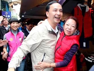 新莊市場掃街 婆媽飛撲擁抱朱立倫