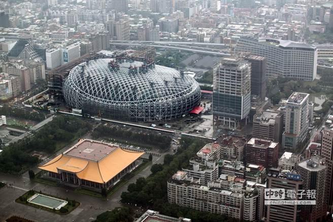 台北遠雄巨蛋13日舉行屋頂提升暨上樑典禮,展示全球罕見提升工法,1次將  4600噸的巨蛋屋頂「提起來」至地面62公尺高定位,將來巨蛋球場位置在地下2樓,總高度將為72公尺。  台北遠雄巨蛋是全球第1大跨距非對稱提升工法首例,室內跨距長寬230 M x 170 M,也是全球唯一整個巨  蛋全採圓型鋼管,45度角焊接工程,鋼構總量為65000噸。園區10.2公頃,約30250坪,含松菸共18公頃,  預計2016年中試營運。圖為位在松菸文創園區及國父紀念館之間的台北大巨蛋。(王錦河攝)