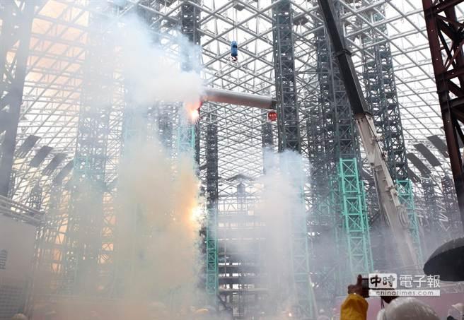 台北遠雄巨蛋13日舉行屋頂提升暨上樑典禮,展示全球罕見提升工法,1次將  4600噸的巨蛋屋頂「提起來」至地面62公尺高定位,將來巨蛋球場位置在地下2樓,總高度將為72公尺。  台北遠雄巨蛋是全球第1大跨距非對稱提升工法首例,室內跨距長寬230 M x 170 M,也是全球唯一整個巨  蛋全採圓型鋼管,45度角焊接工程,鋼構總量為65000噸。園區10.2公頃,約30250坪,含松菸共18公頃,預計2016年中試營運。(王錦河攝)