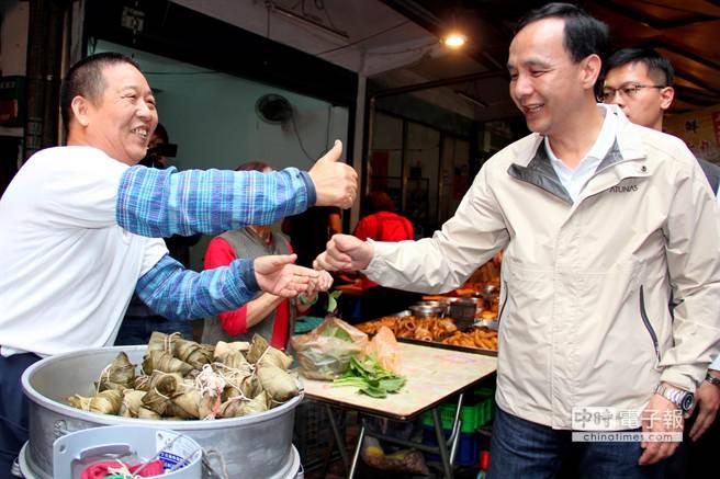 攤販預祝市長朱立倫「包中」!(謝文瑄攝)