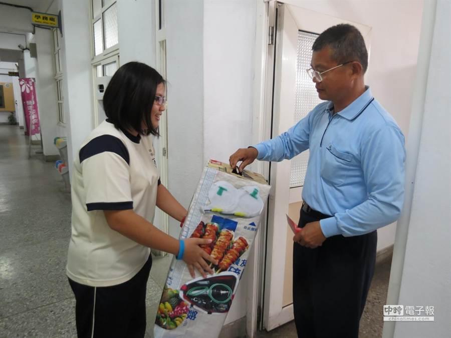 揚子中學老師捐出餐費。(許素惠攝)