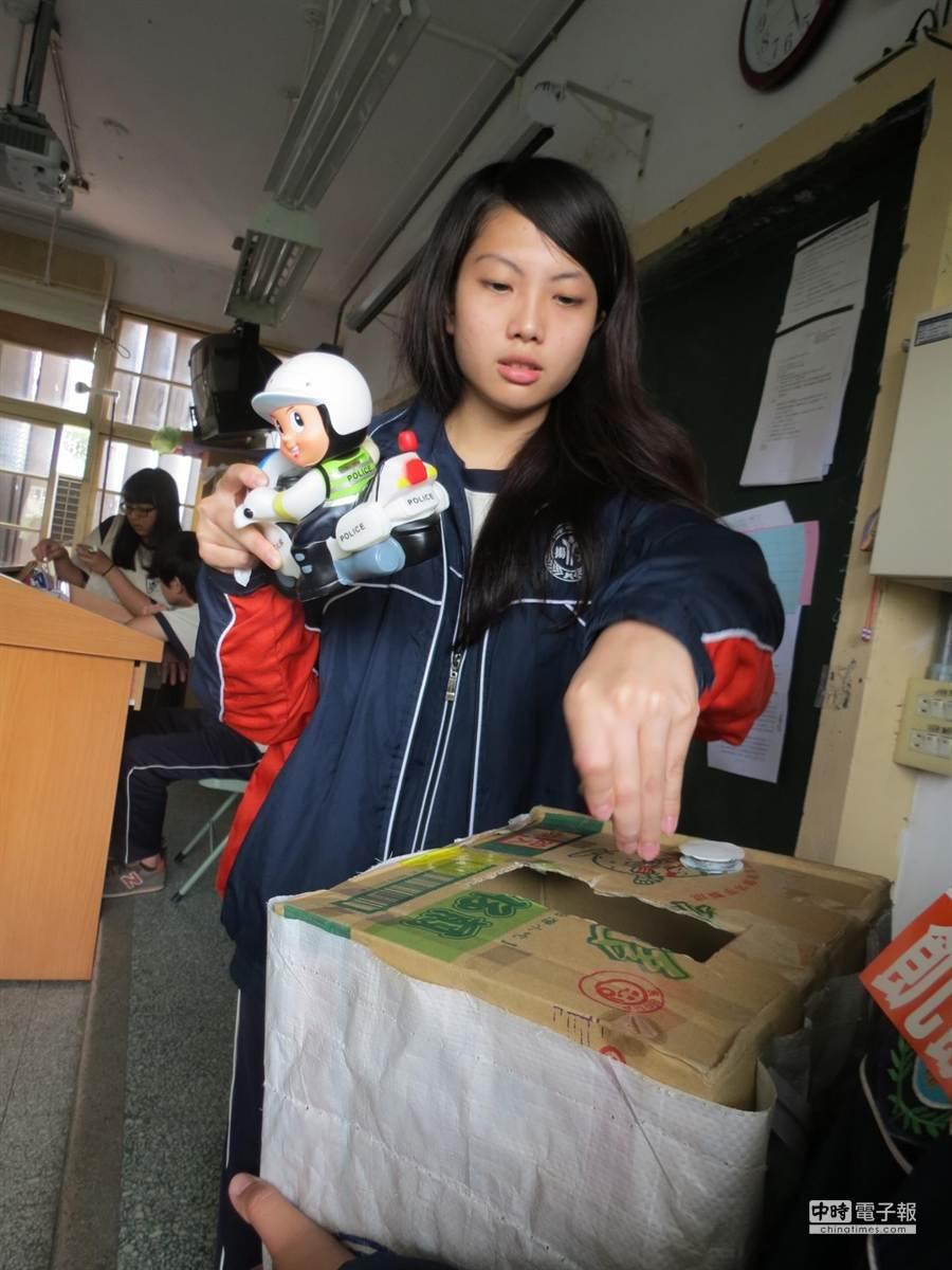 揚子中學學生響應飢餓30,捐餐費做愛心。(許素惠攝)