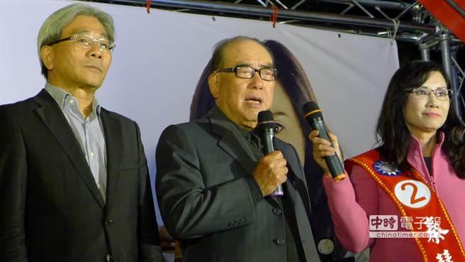 前行政院長郝柏村 (中)今晚為北市議員秦慧珠(右)站台。(江慧珺攝)