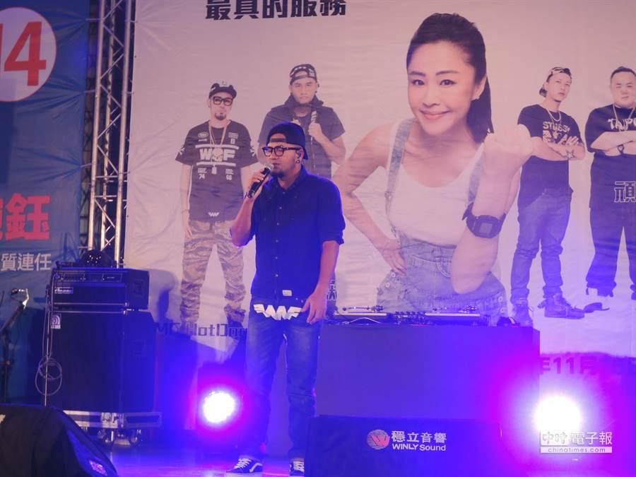 歌手張震嶽為李婉鈺站台,上台演唱他「思念是一種病」等多首膾炙人口的歌曲。(王揚傑攝影)