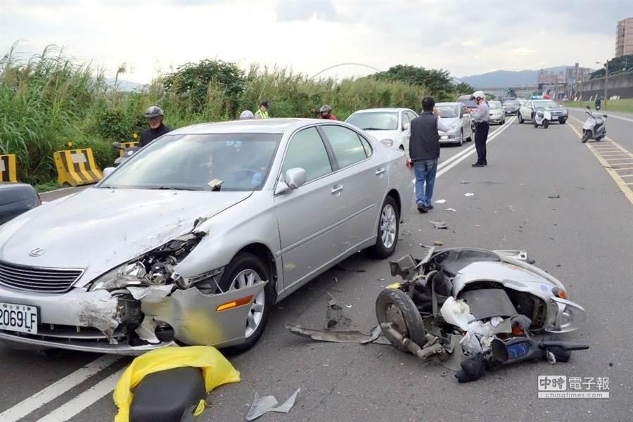 新莊堤外便道16日發生1起嚴重車禍。(謝文瑄攝)